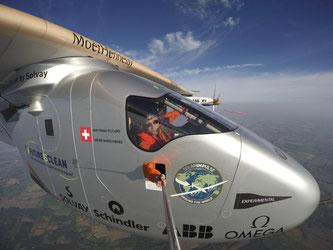 Extrem-Selfie: Bertrand Piccard, Pilot des Sonnenfliegers Solar Impulse 2, scheut keinen Aufwand, um sein Projekt zu promoten. Foto: Solar Impulse/Rezo