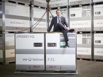 Start-up-Gründer Joachim Kuhn sitzt auf einer Transportbox. Foto: Va-Q-Tec
