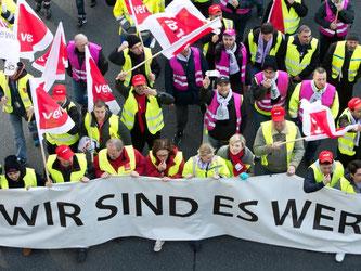 Mitglieder verschiedener Gewerkschaften protestieren. Foto: Boris Roessler/Archiv