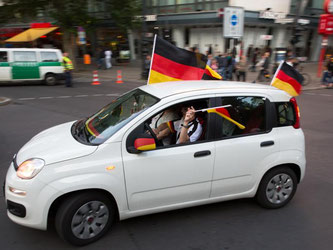 Ausnahmezustand: Echte Fußballfans feiern einen Sieg der Deutschen mit einem Autokorso - alles ist dabei aber nicht erlaubt. Foto: Florian Schuh
