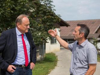 Hans-Georg Schwarz (r) zeigt dem Präsidenten des Landesbauernverbandes (LVB), Joachim Rukwied, den Falkenhof in Leonberg-Geberheim in Baden-Württemberg. Nach bisherigen Daten zeichnet sich ein schlechteres Ernteergebnis ab als im Vorjahr. Foto: Silas Stei