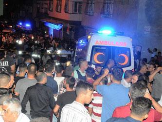 Krankenwagen bahnen sich nach der verheerenden Explosion ihren Weg durch die Menschenmassen. Foto: str
