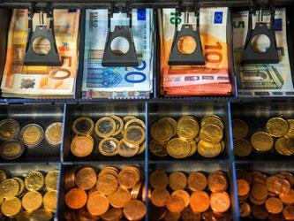 Das Geldfach einer Ladenkasse. Foto: Jens Büttner/Archiv