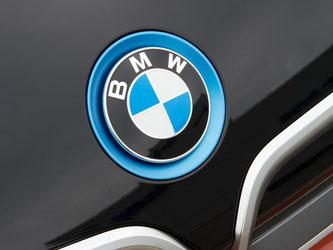 BMW-Logo auf einem Auto. Foto: Peter Kneffel/Archiv
