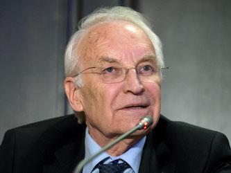Edmund Stoiber spricht während einer Pressekonferenz. Foto: Sven Hoppe/Archiv