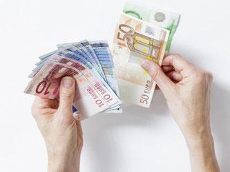 Bei Finanzprodukten wie CFDs können Anleger auch mit wenig Kapitaleinsatz hohe Gewinne erzielen. Doch das Risiko ist hoch: Im schlimmsten Fall müssen sie Geld nachschießen. Foto: Monique Wüstenhagen
