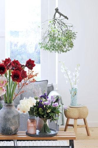 Wunderschön: weihnachtliches Arrangement aus Amaryllis, Orchidee und Lisianthus (obs / Blumenbüro /Tollwasblumen-machen.de)