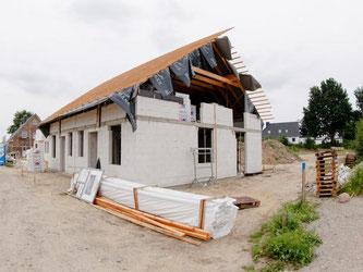 Bis der Rohbau eines Hauses steht, kann viel Zeit vergehen - Bauherren sollten Fristen im Bauvertrag genau festlegen. Foto: Markus Scholz