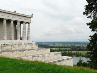 Die Walhalla in Donaustauf mit Blick auf das Donauufer (Foto: pixabay.com / Hans)
