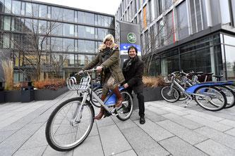 Monika Hable-Hafenbrädl, Geschäftsbereichsleiterin des Eigenbetriebs it@M, bei der offiziellen Übergabe der MVG Radstation durch MVG-Planungschef Gunnar Heipp (Foto: Stadtwerke München GmbH)