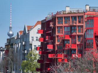Neubau eines Wohnhauses in Berlin-Kreuzberg. In Deutschland werden wieder mehr Wohnungen errichtet Foto: Bernd von Jutrczenka/dpa