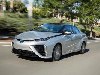 Hier fährt die «Zukunft»: Toyota schickt den Mirai mit Brennstoffzelle auf die Straße. Foto: Toyota