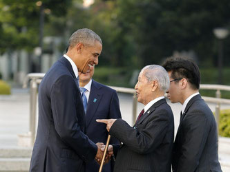Barack Obama spricht in Hiroshima mit dem 91-jährigen Atombomben-Überlebenden Sunao Tsuboi. Foto: Kimimasa Mayama