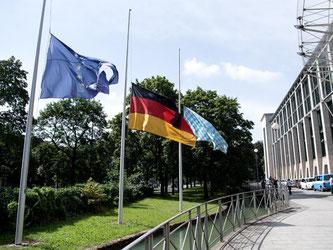Die Fahnen von Europa, Deutschland und Bayern hängen in München vor der Staatskanzlei auf Halbmast. Foto: Sven Hoppe