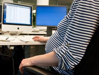 Das Mutterschutzgesetz schützt Schwangere: Müssen sie im Job ständig sitzen, sieht es zum Beispiel vor, dass ihr Arbeitgeber ihnen kurze Arbeitsunterbrechungen ermöglichen muss. Foto: Andrea Warnecke