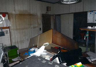 本震で家具が倒れ、物が散乱した室内(杉中正人さん提供)
