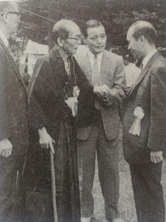 除幕式に参加する樋口(左から2人目)