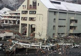 東日本大震災で津波に飲み込まれた女川町立生涯教育センター