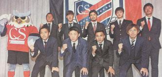 会見に臨んだ新加入選手たち。後列右から2番目が浜選手(1月13日北海道新聞朝刊16面より)