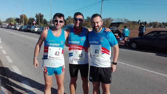 Tres de los atletas desplazados a Palma del Río, de izquierda a derecha Andrés Rodríguez, Javi Ballesteros y Juan Díaz