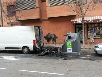 Contenedor quemado en Valderrivas (Imagen: @sjavieraguilera)