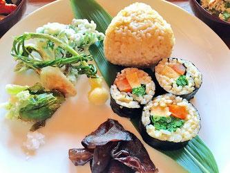 春の山菜の天ぷらと玄米の巻きずし、きくらげの炒め物