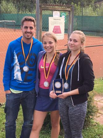 Trainer Daniel Gross, Janine Schlenczek und Celina Dylag