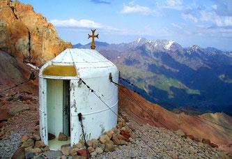 Часовня «Шатер Авраама». На заднем плане часовни видна цепь скал. В ней и находится одно из самых загадочных мест Казбека — скальный монастырь Бетлеми