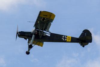 Der Fieseler Storch fliegt im Spaziergängertempo an den Zuschauern vorbei (Foto: HG Hamann)