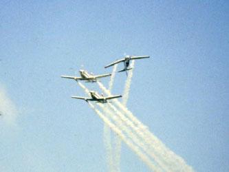 """Patruille Martini mit drei Pilatus PC-7 bei der """"Apache Roll"""" (Foto: Werner Frings)"""