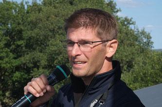 Jan Bodenheim ist die Stimme, die durch die Lautsprecher in Wershofen erklingt. Fachliche Erläuterung zur Flugschau