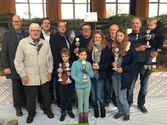 Erfolgreiche Preisträger im Beisein von Ehrengästen