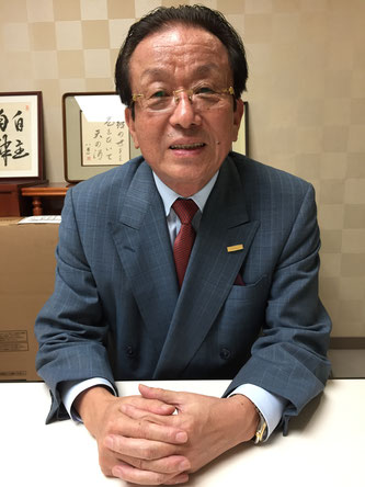 Mr. Shinji Yanagita speaks during an interview with Hakumon Herald.
