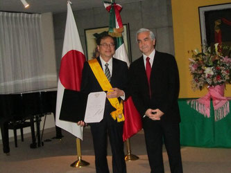 Chuo University Prof. Shuichiro Megata (left), who was awarded the Order of the Aztec Eagle by the Mexican government, poses for a photo with Ambassador Carlos Almada (right) at the Mexican Embassy in Tokyo.