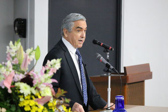Ambassador Carlos Almada speaks on the history of Mexico-Japan relations during his lecture. Image from Chuo University Public Relations Office