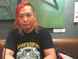 Mototsugu Shimizu talks about lucha libre during an interview with Hakumon Herald.