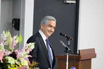 Ambassador Carlos Almada jokes and smiles after the end of his lecture at Chuo University. Image from Chuo University Public Relations Office