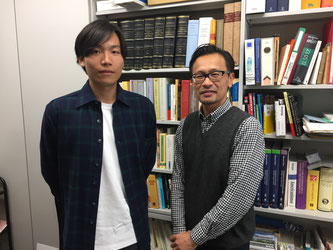 Prof. Hideki Takamatsu (right) and Hideki Kato (left), the interviewer of Hakumon Herald, pose for a picture.