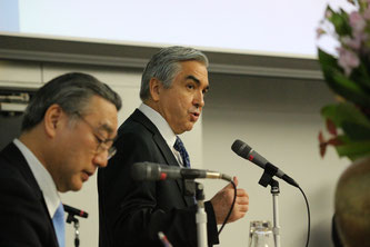 Ambassador Carlos Almada answers a question by a student during his lecture at Chuo University. Image from Chuo University Public Relations Office