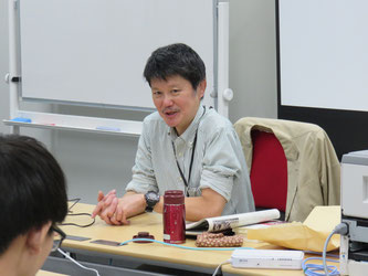 Hitoshi Oikawa speaks at a question-and-answer session with students.
