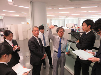 Students listen to Jun Ono (center right) and Yoshisuke Yasuo (center left).