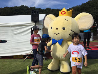 Kids play with Chuo's mascot character Chu-Oji.