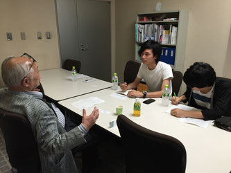 Horibe (left) and Yawata(center) of Hakumon Herald interview Chuo Alumni Association Chairman Shuji Hisano at his office.