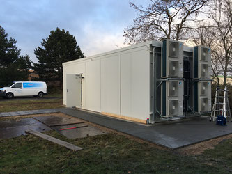 GM Freiherr-von-Gersdorff Kaserne 1. Bauabschnitt  November 2016   Aufgabenstellung: Redundante Wärmelastkompensation für einen mobilen modularen Rechenzentren-Container mit Brandschutzfunktion.   In Anbetracht der Situations- und Platzverhältnisse im IT-