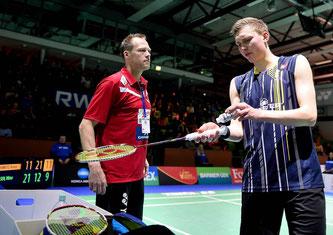 Auch Coach Kenneth Jonassen konnte Axelsen nicht helfen (Bild: Bernd Bauer)