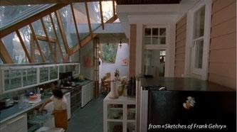 La casa di Frank Gehry - cucina con zone di luce con ampie vetrate e la vecchia casa