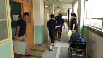 大会当日の朝、道場から器具の運び出しをする