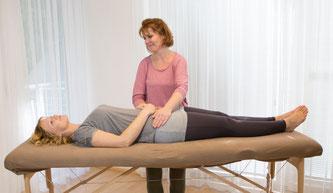 Holistic Pulsing an der Hüfte bei einem Erwachsenen