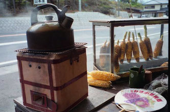 gegrillte Maiskolben und Tee zum Frühstück