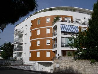 Un bâtiement arrondi résolument moderne près du centre